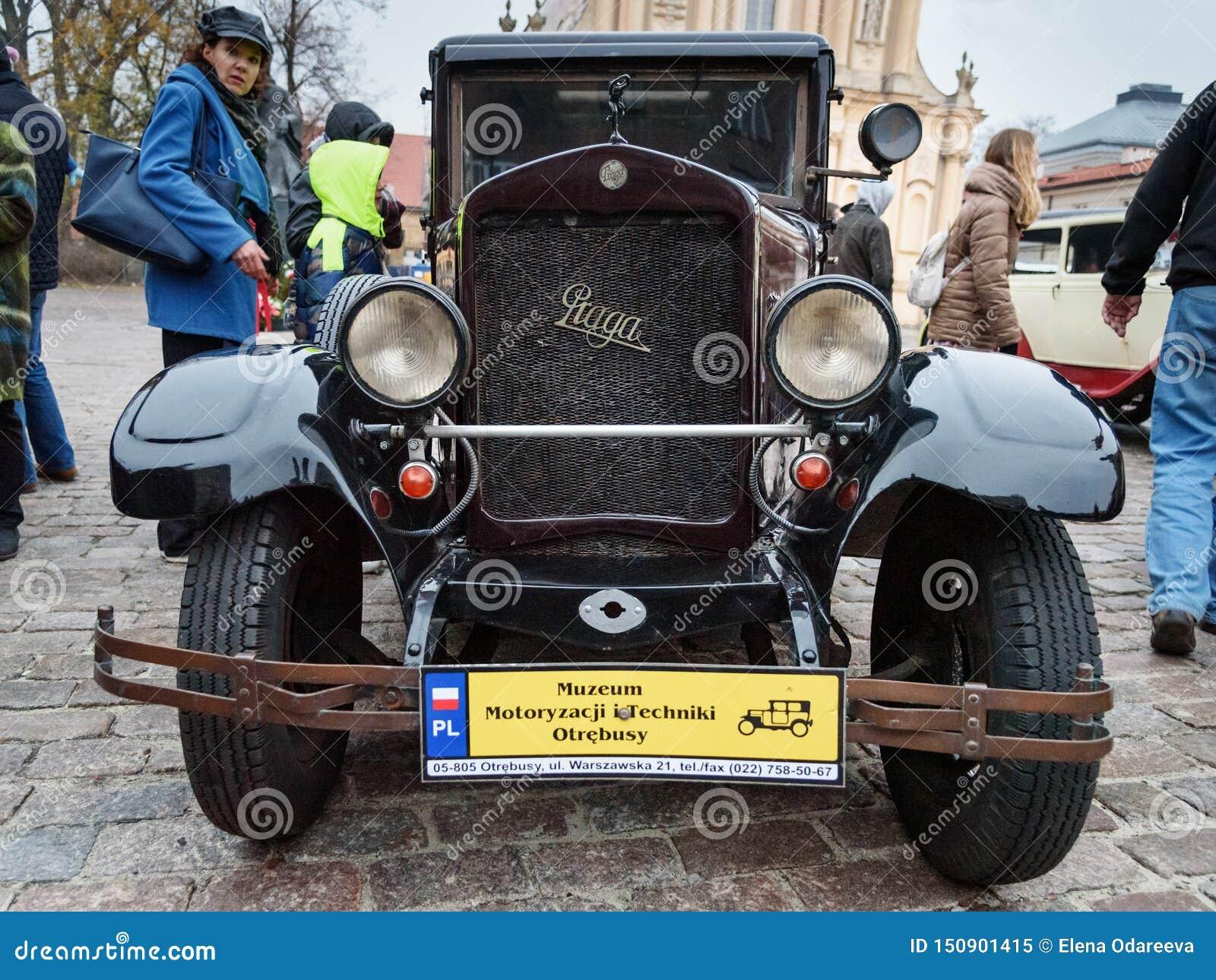 Coche Praga Oswiecim del vintage en la calle en el Día de la Independencia de Polonia varsovia polonia