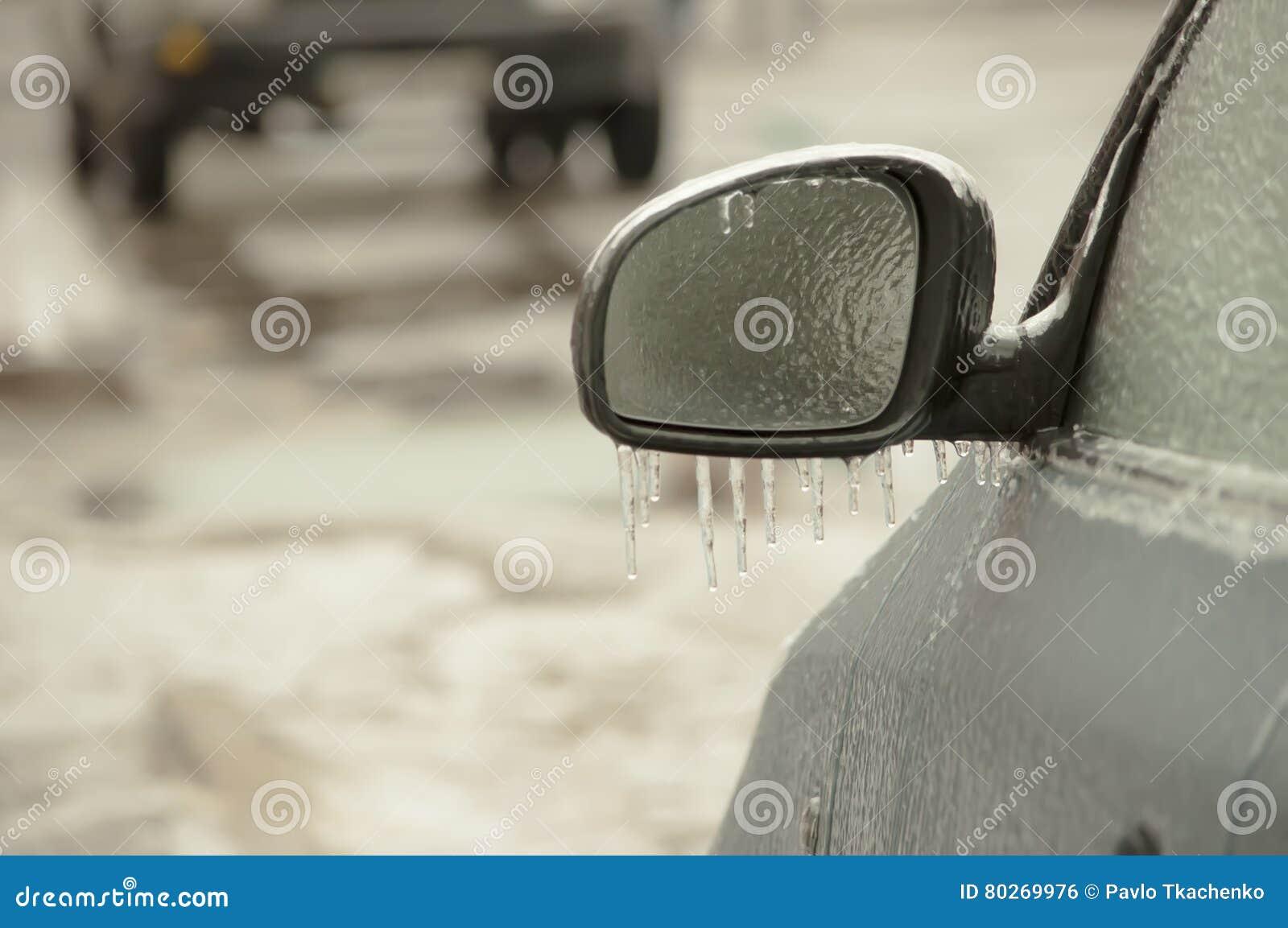 Coche revestido del hielo de la lluvia sobrefundida