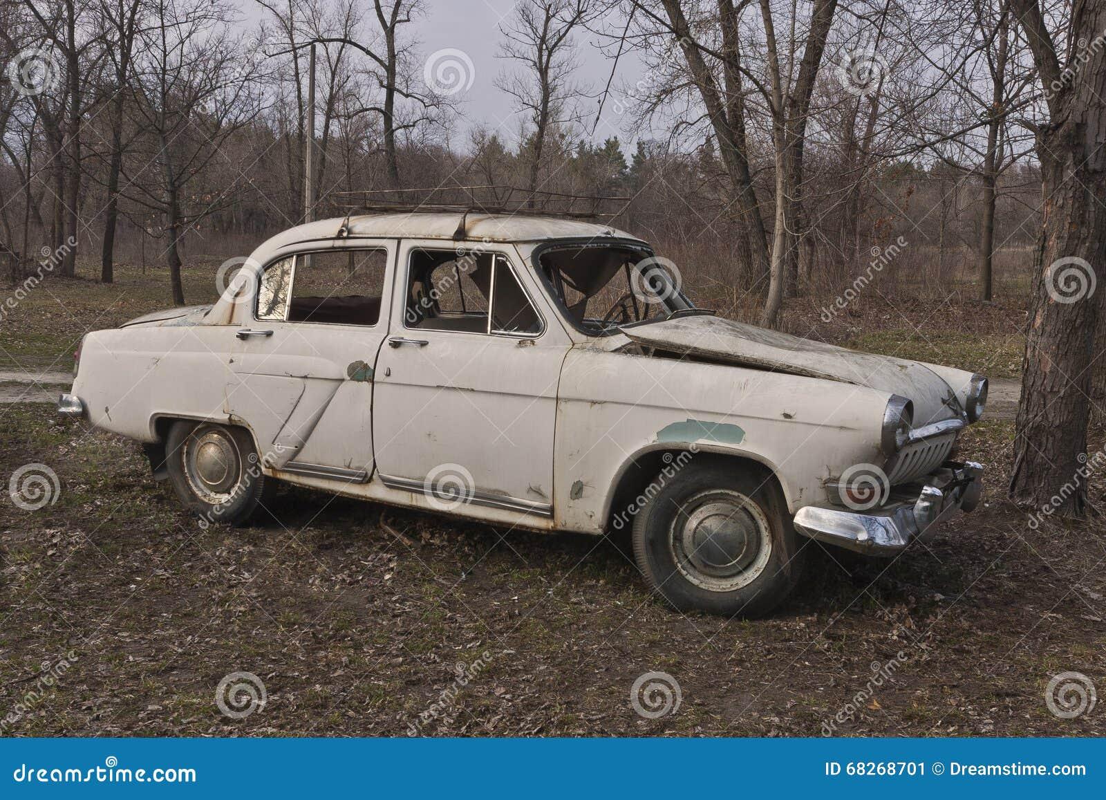 Coche soviético roto viejo