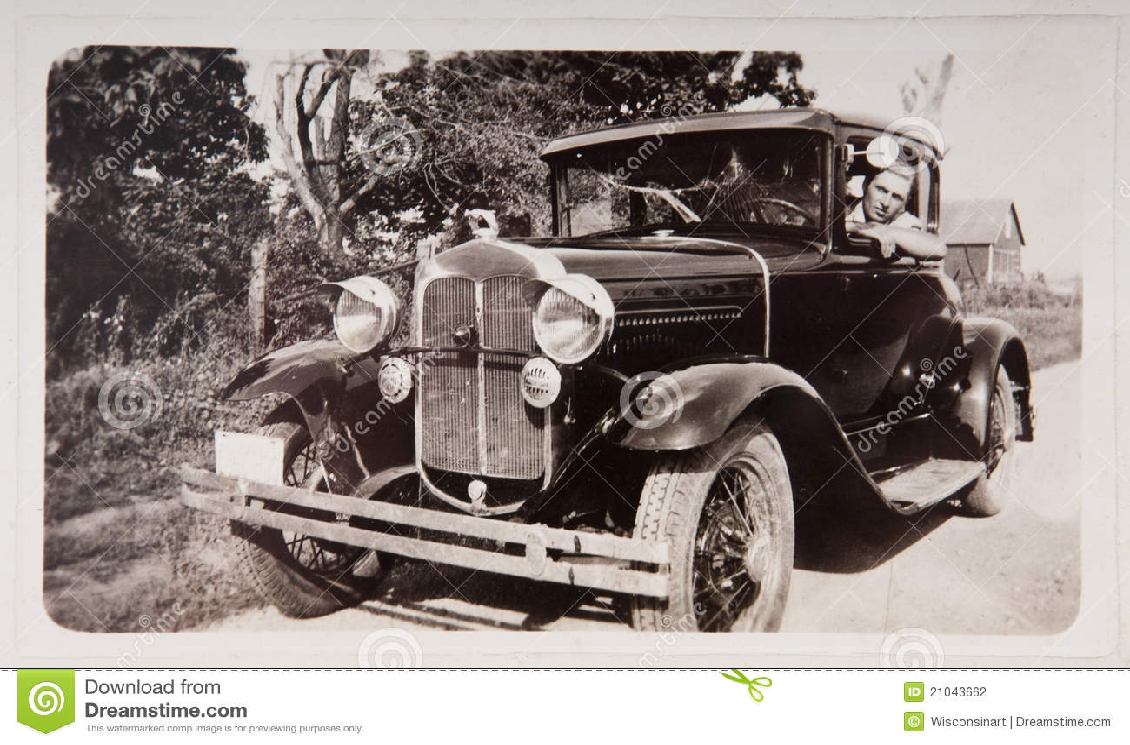 Coche viejo del modelo T del mecanismo impulsor del hombre joven de la fotografía de la vendimia