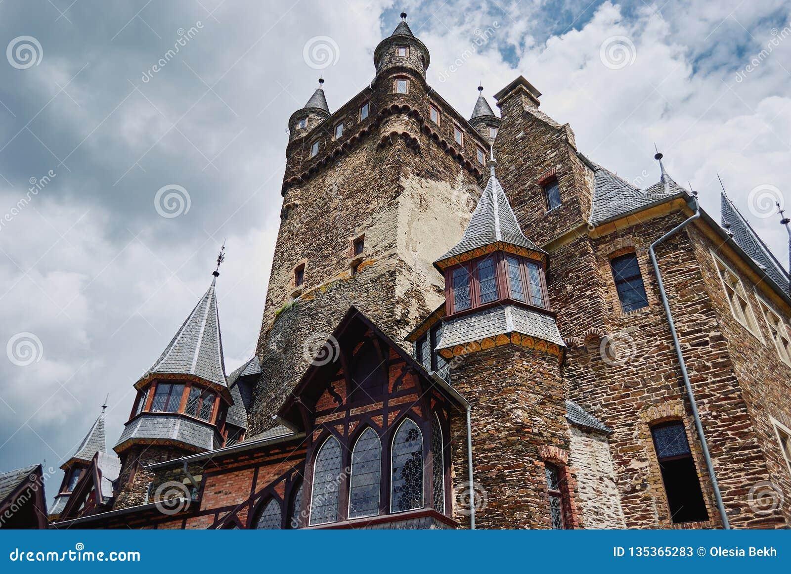 Cochem Rheinland-Pfalz, Tyskland, Juni 6, 2018: Sikt av den Reichsburg Cochem slotten