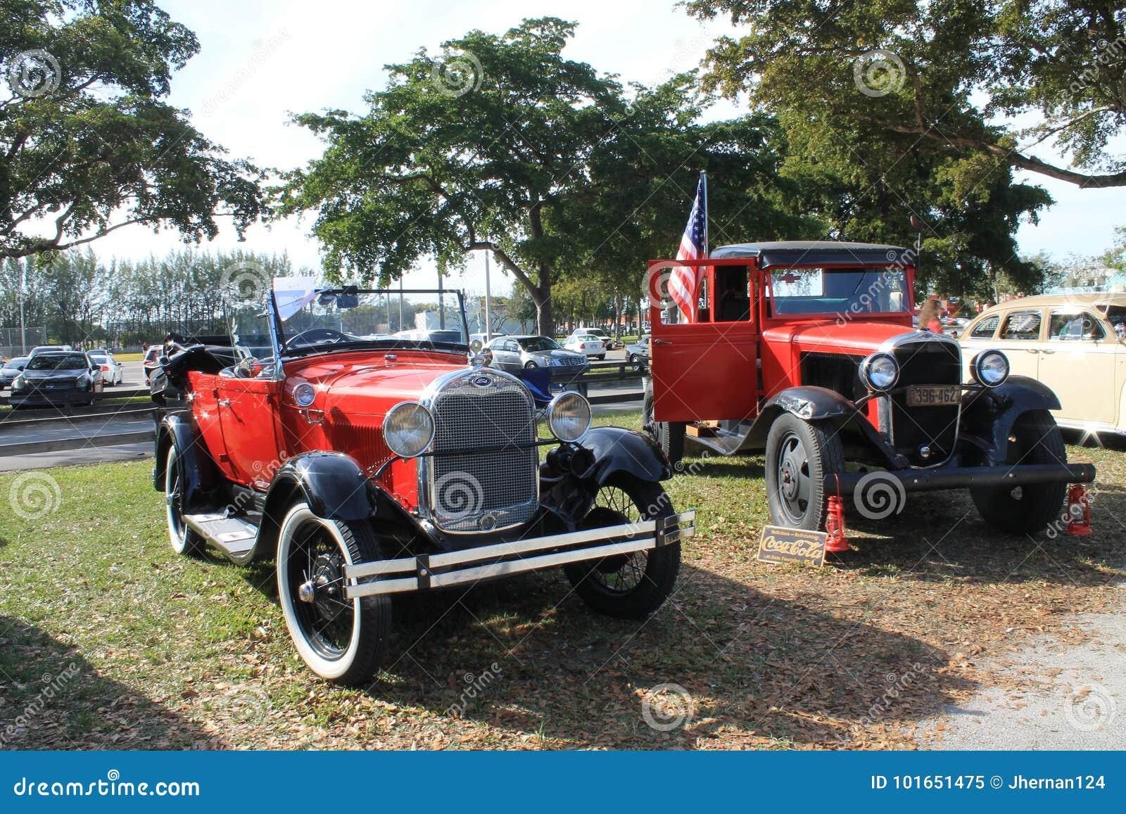 Coches americanos clásicos parqueados de lado a lado
