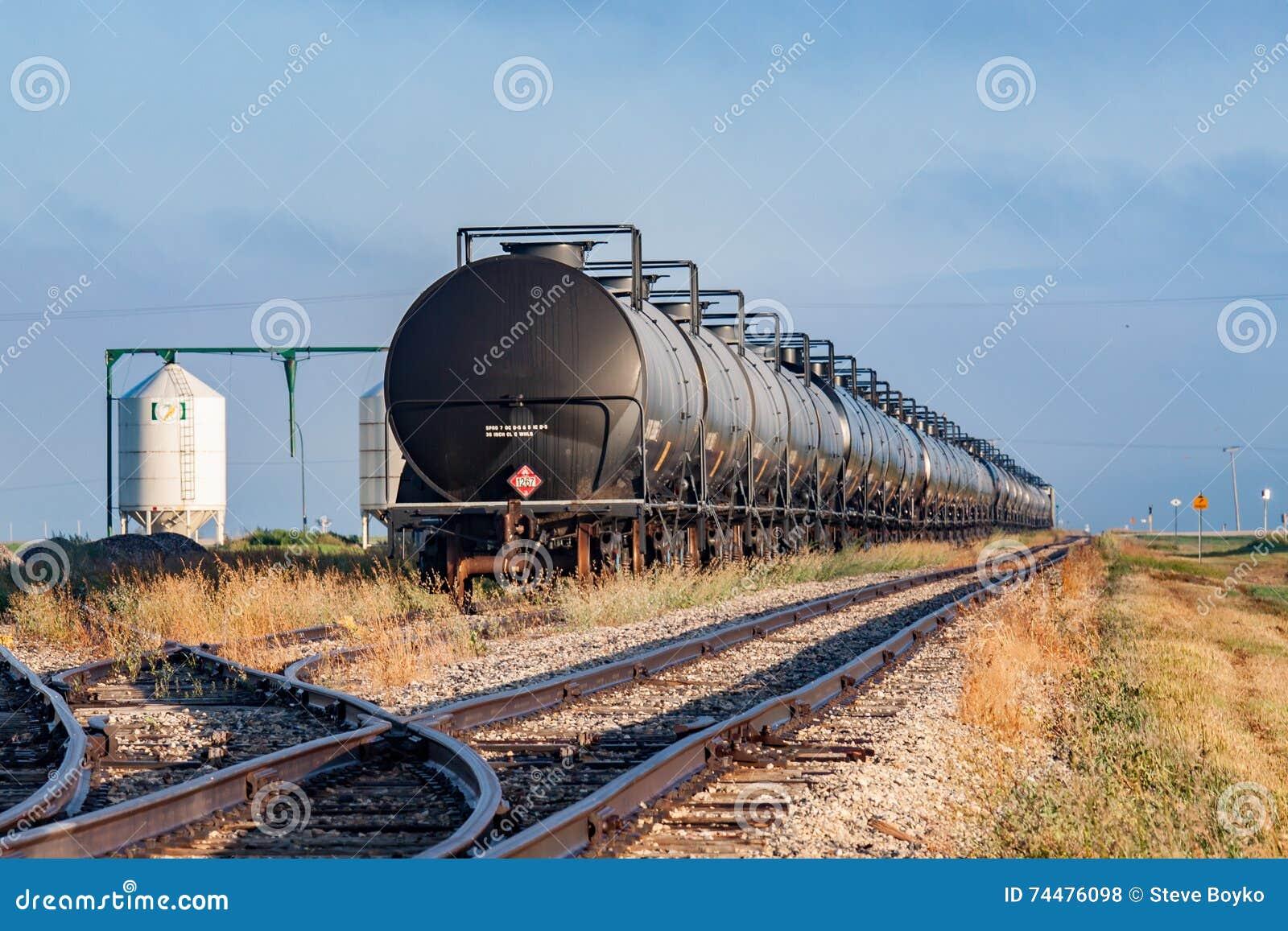 Coches del tanque ferroviarios en almacenamiento
