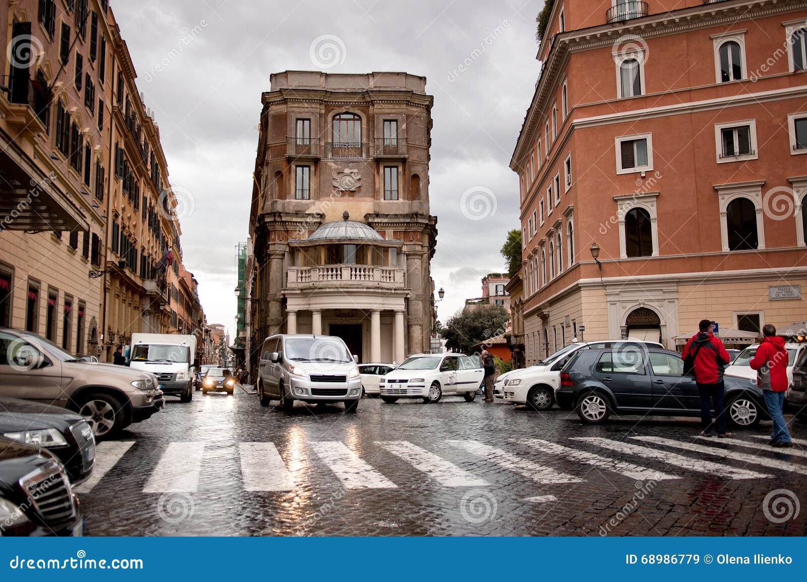 Coches en la calle en Roma, Italia
