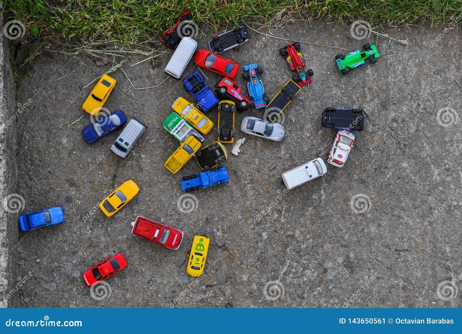 Coches múltiples del juguete en la tierra del juego