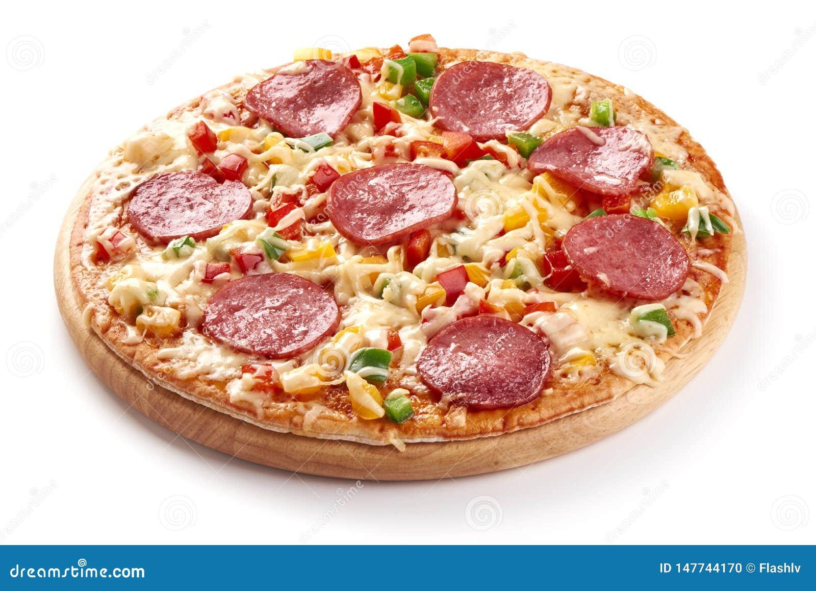 Coció recientemente la pizza italiana con el queso y el salami cortado, aislados en el fondo blanco