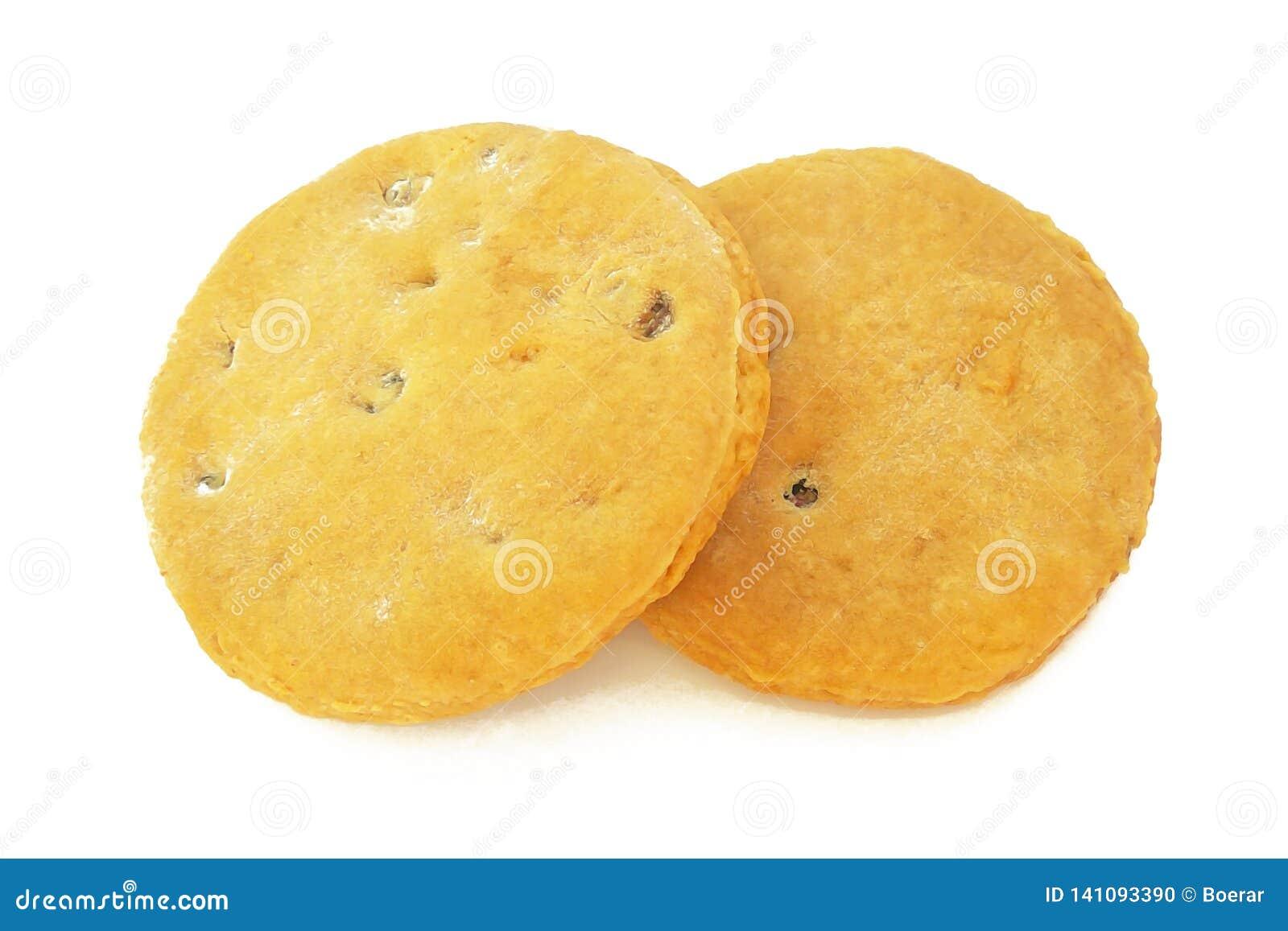 Coció recientemente las galletas hechas en casa con las pasas aisladas en el fondo blanco