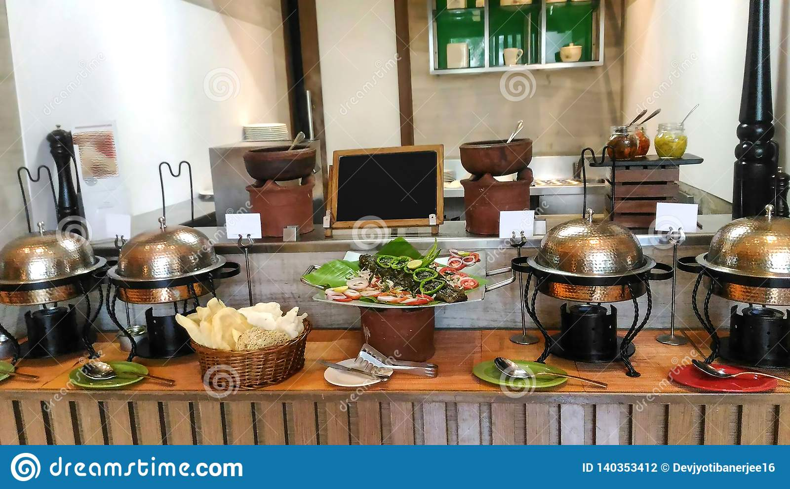 Cocina adornada bien de un hotel, decoración interior