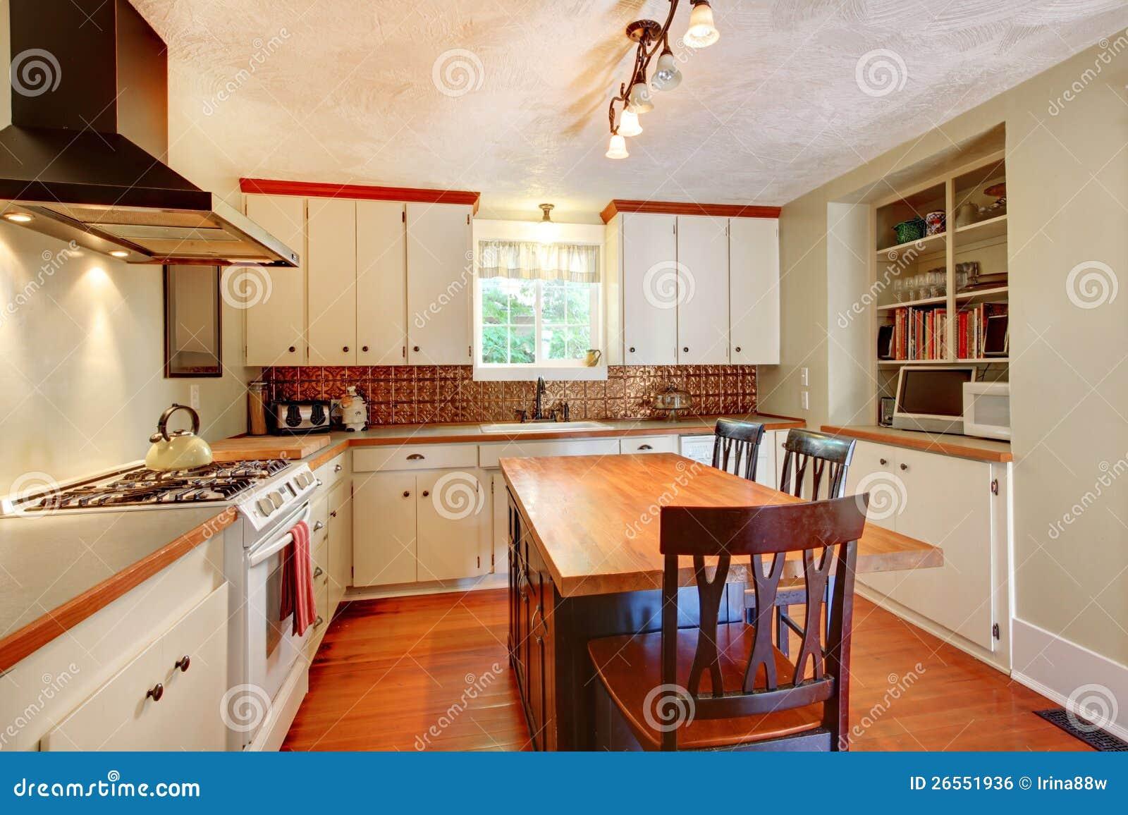 cocina blanca acogedora del arte con el suelo de madera