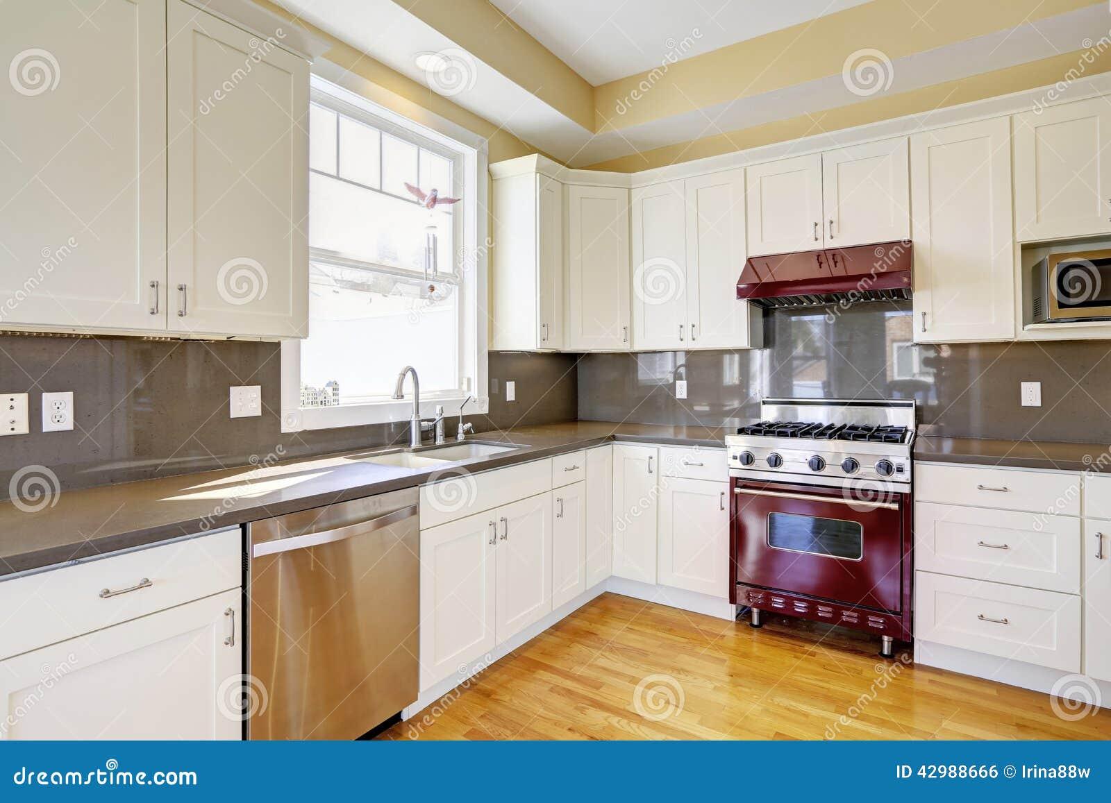 Cocina blanca con la estufa de borgo a y las encimeras - Cocina morada y blanca ...