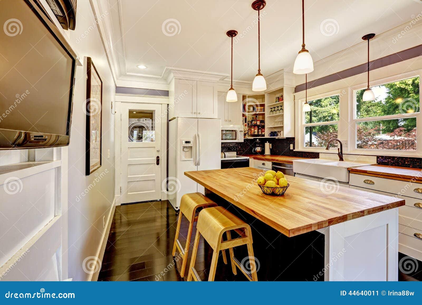 Cocina blanca con la isla de madera de la encimera foto de for Cocinas blancas con encimera de madera