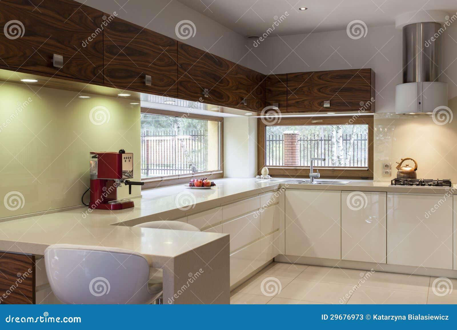 Cocina blanca con muebles de madera fotos de archivo for Cocinas con muebles