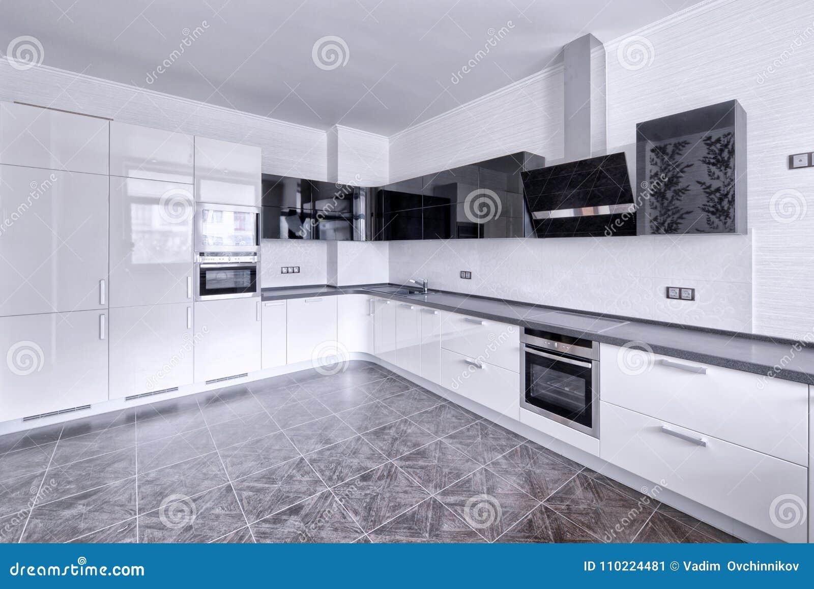 Cocina Blanca Del Diseño Moderno En Un Apartamento Espacioso Imagen ...