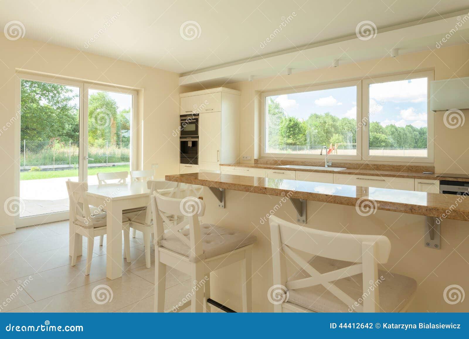 Cocina blanca en casa moderna foto de archivo imagen for Casa moderna blanca