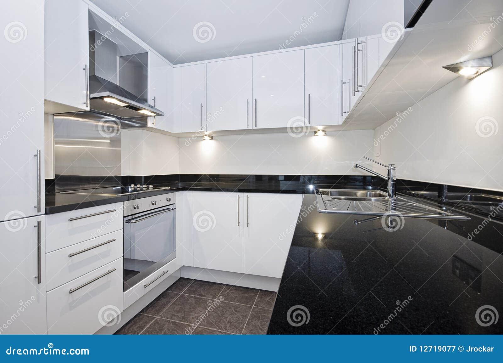Cocina blanca moderna imagen de archivo imagen de - Cocinas negras y blancas ...