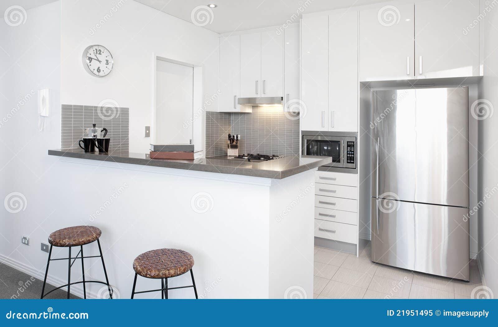Cocina blanca moderna foto de archivo libre de regal as - Cocina blanca moderna ...
