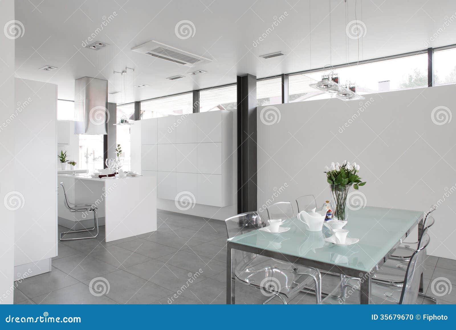 Cocina blanca moderna con muebles elegantes foto de - Cocinas con muebles blancos ...