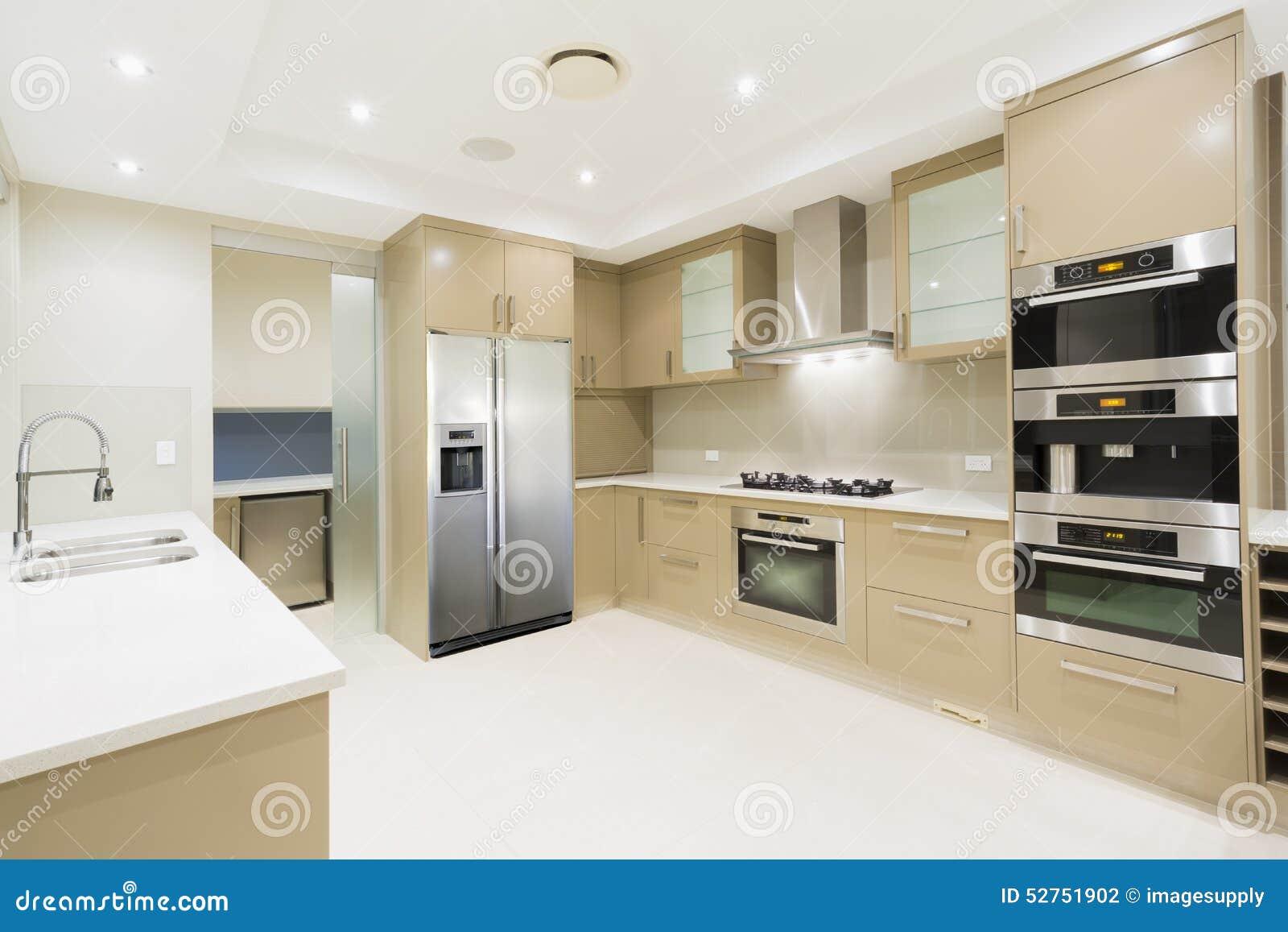 Cocina blanca moderna en nuevo hogar lujoso foto de - Lo ultimo en cocinas modernas ...