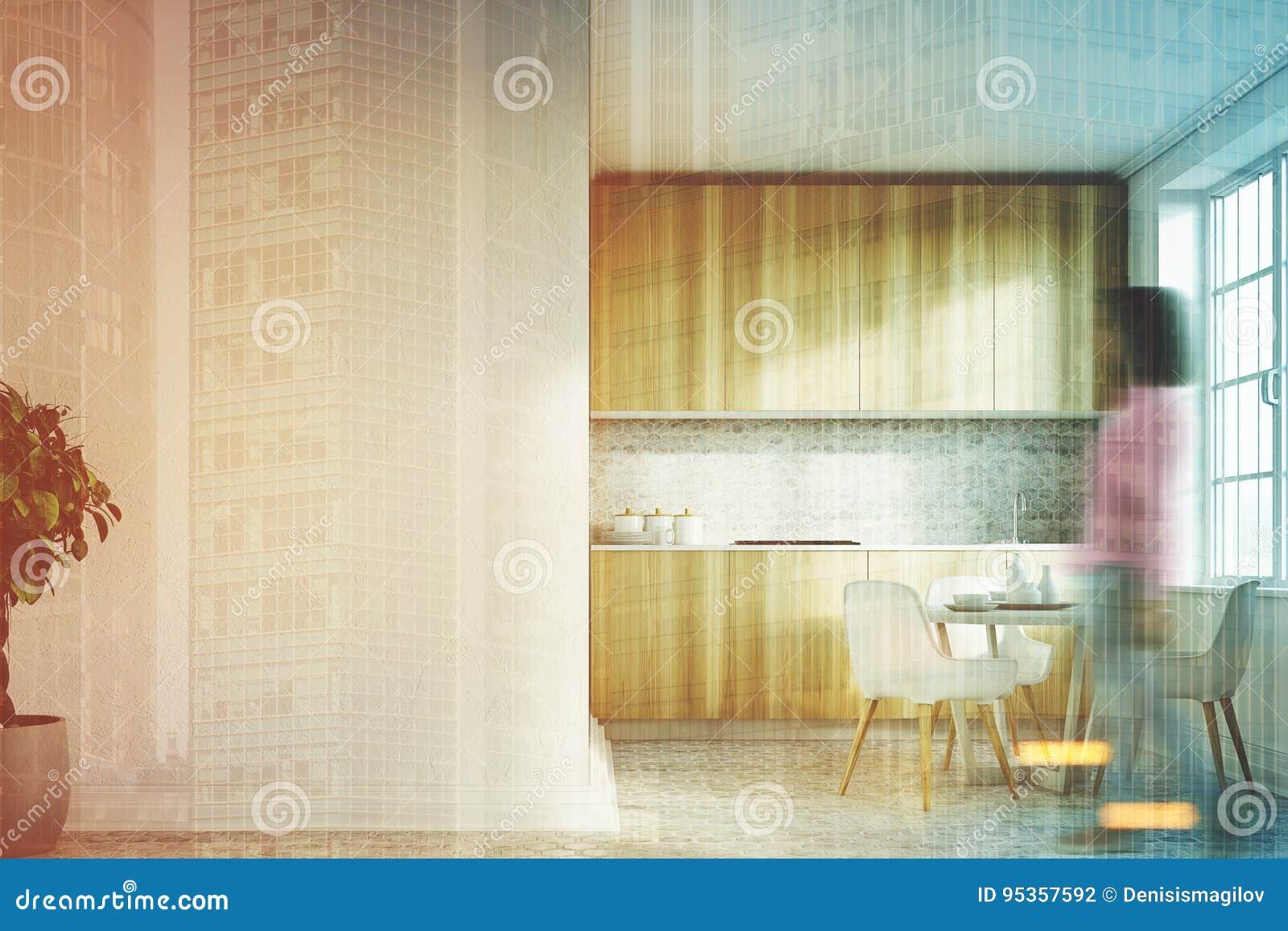 Cocina blanca muchacha delantera de las encimeras de - Cocina blanca encimera madera ...