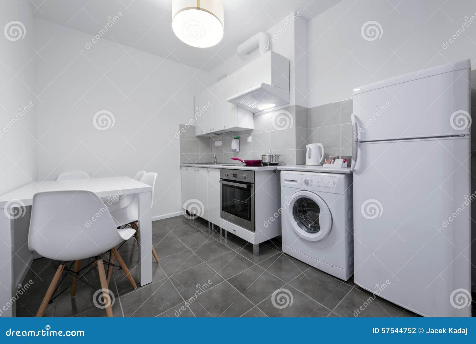 Cocina Blanca, Pequeña Y Compacta Foto de archivo - Imagen de living ...