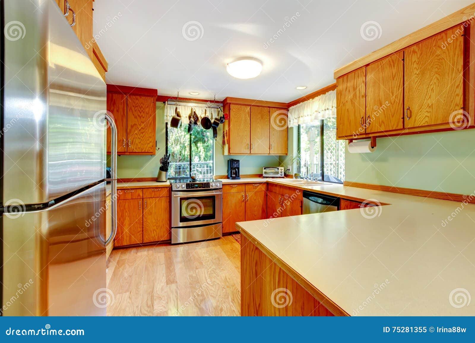 cocina brillante con los gabinetes marrones claros y las encimeras de madera foto de archivo