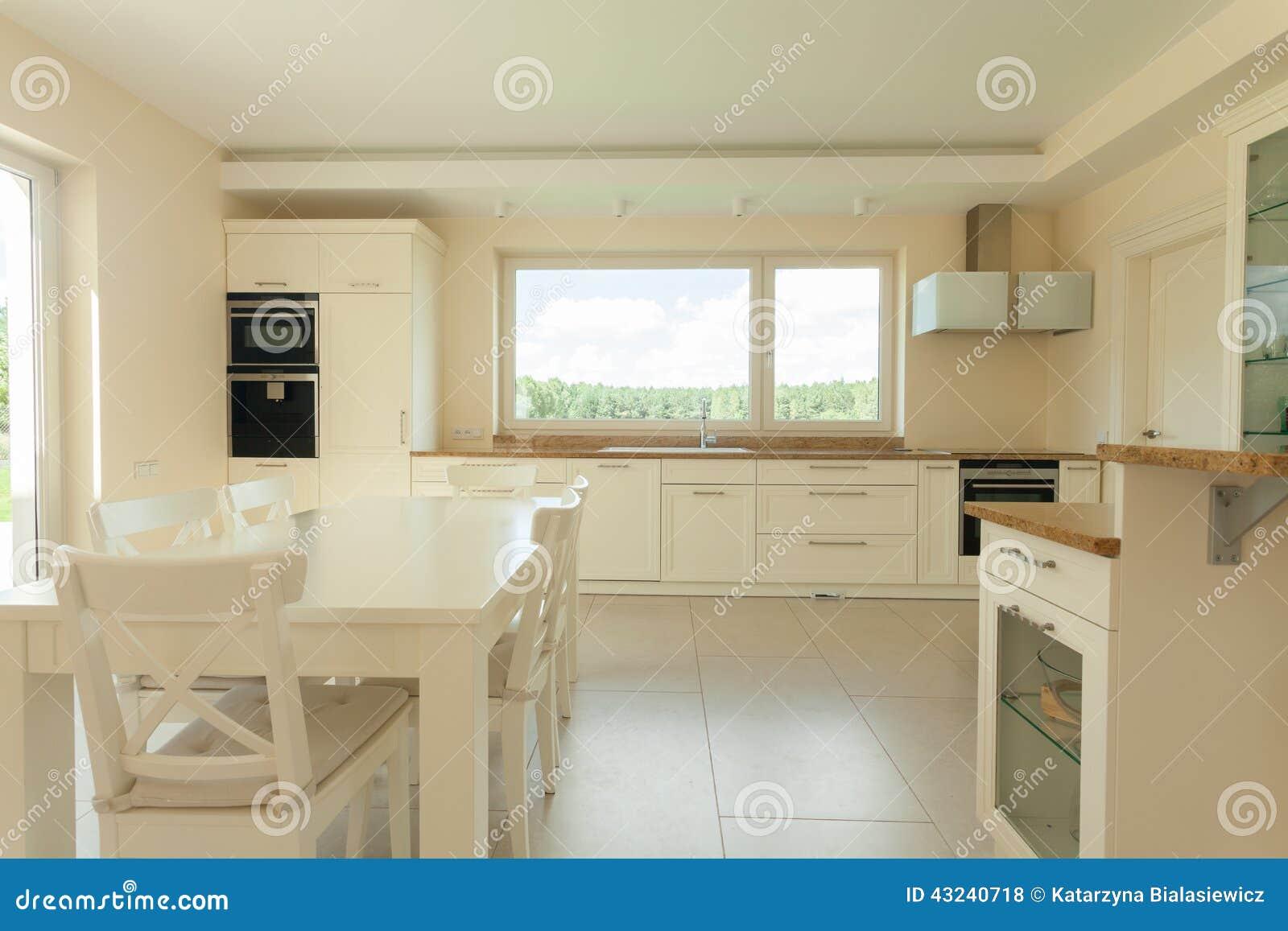 Cocina brillante en hogar funcional