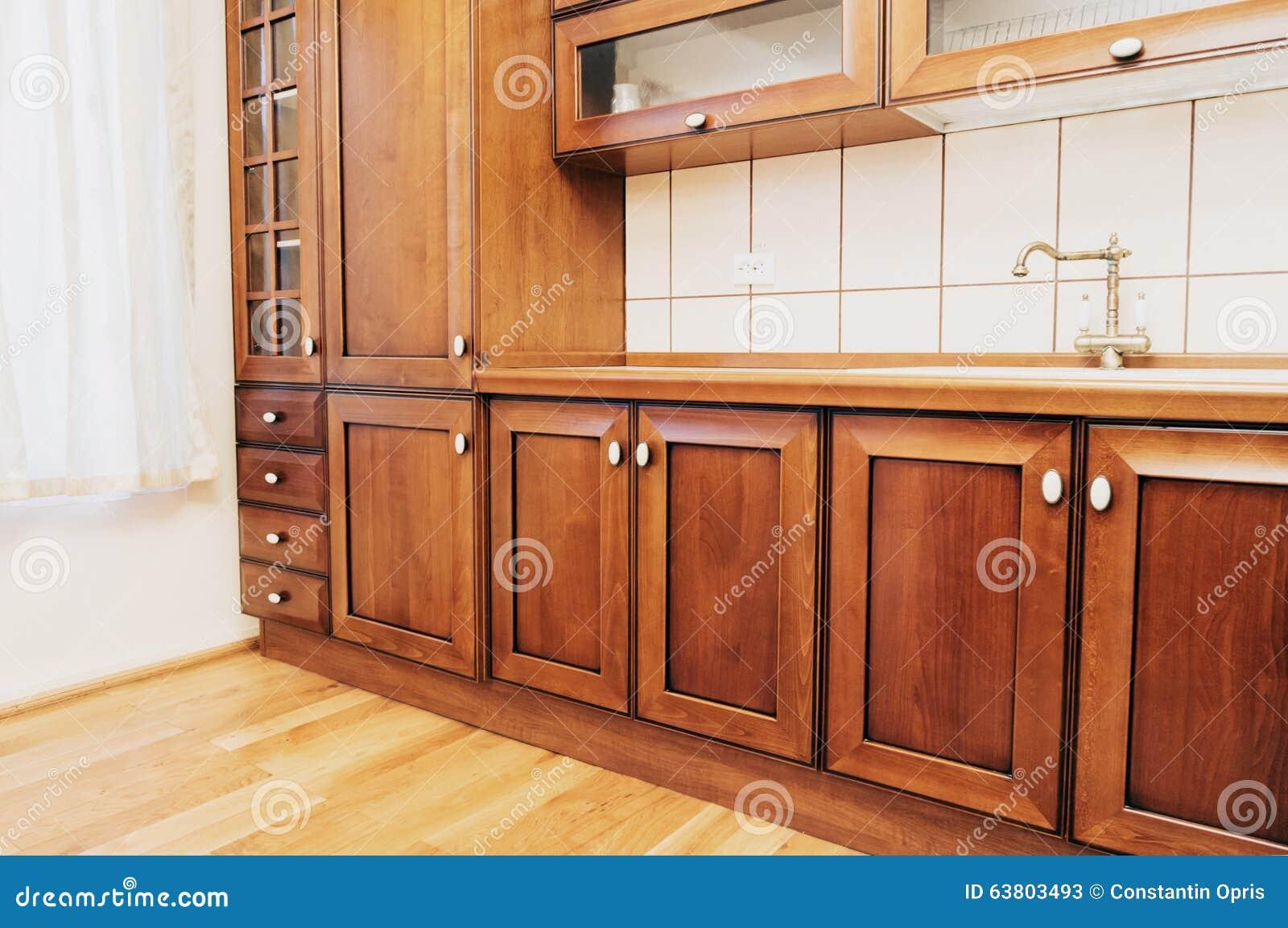 Cocina casera con los gabinetes de madera imagen de for Gabinetes de madera para cocina pequena