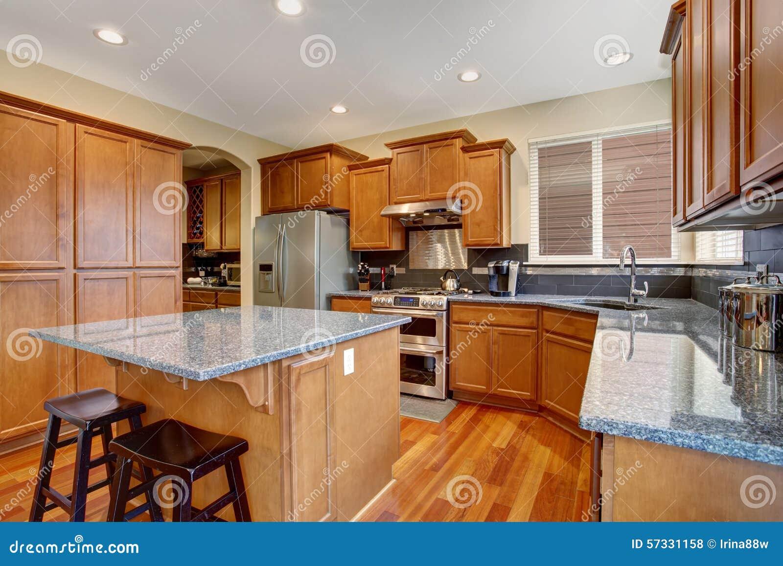 Cocina cl sica con el refrigerador de la isla y del acero for Cocina y refrigerador juntos