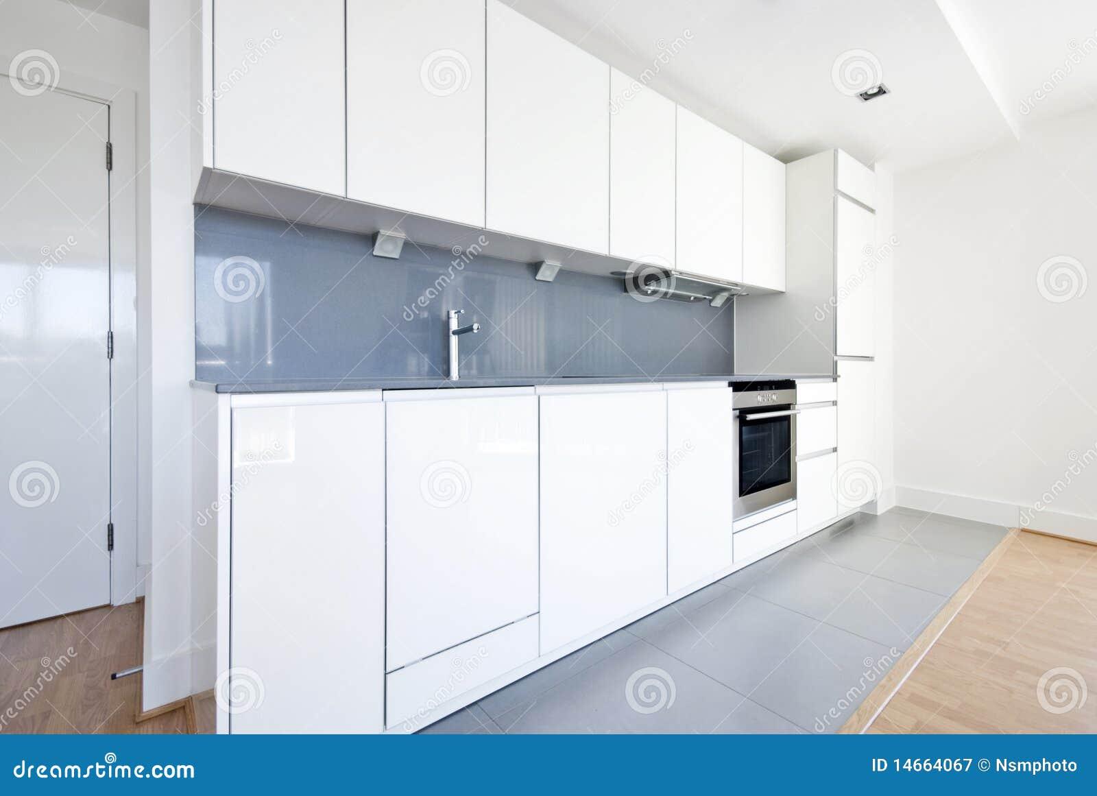 Cocina Completamente Ajustada Moderna En Blanco Y Gris Imagen De  ~ Cocinas Modernas Blancas Y Grises