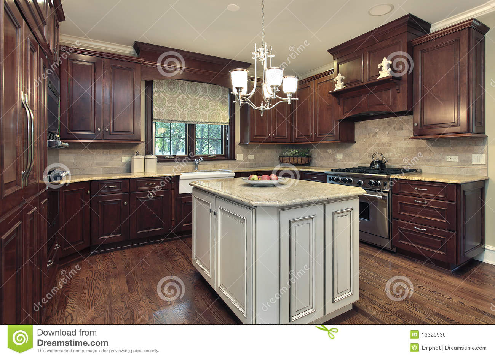 Cocina con blanco y la isla del granito foto de archivo for Granito blanco para cocina