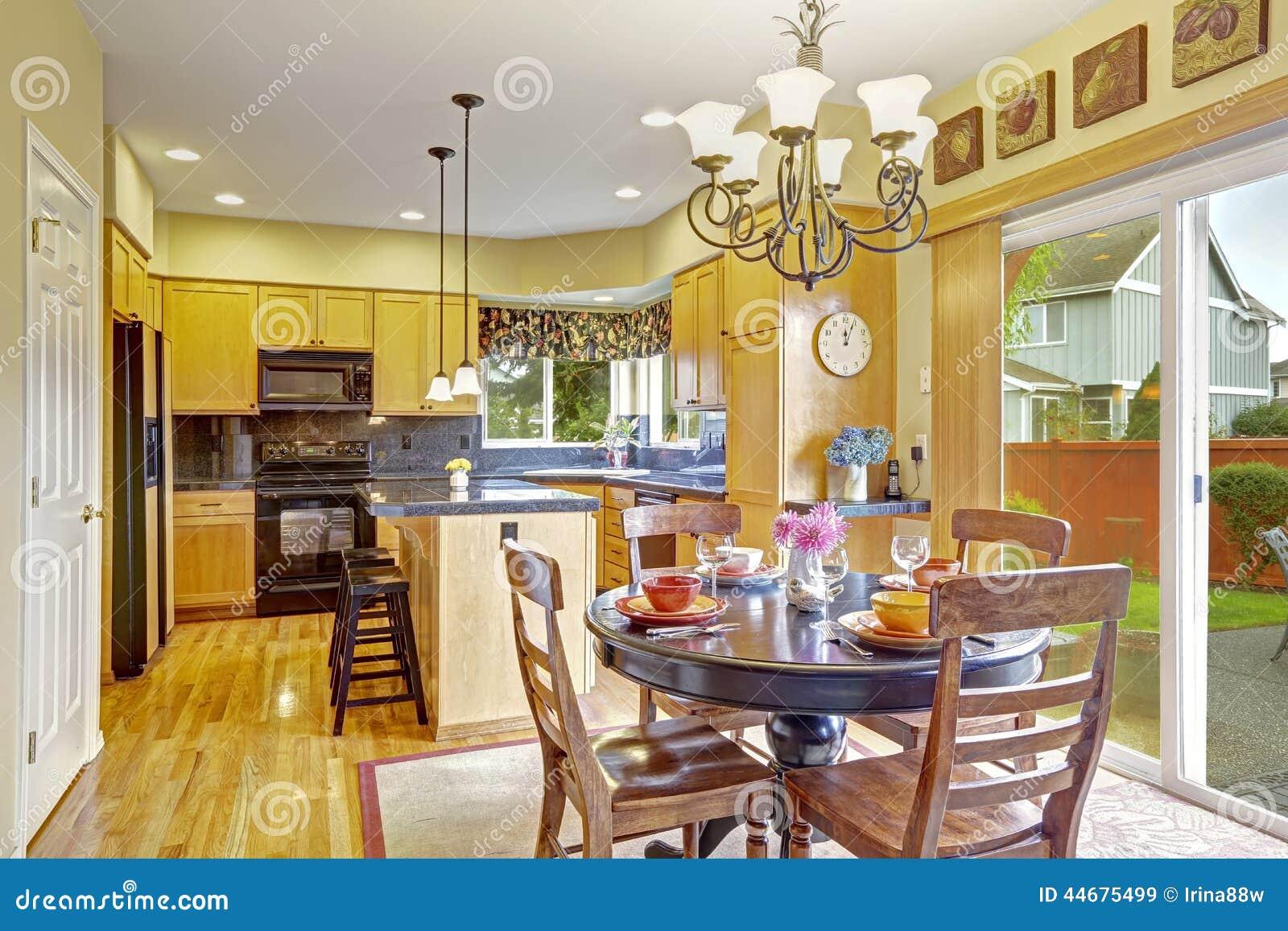 cocina con comedor y la salida al patio trasero imagen de