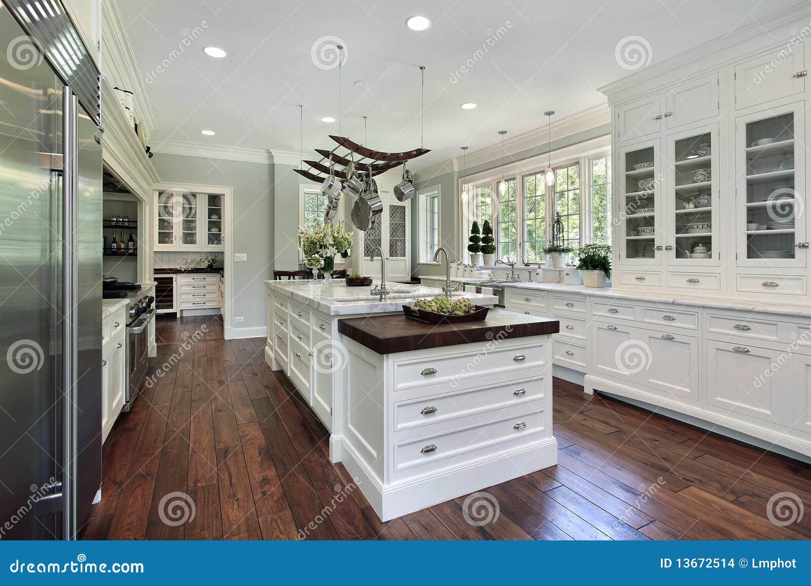 Cocina con el cabinetry blanco