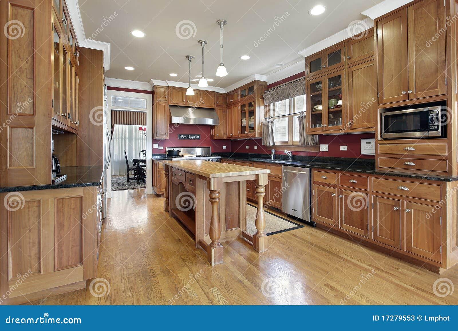 Cocina con la isla de madera fotos de archivo imagen for Isla de madera para cocina