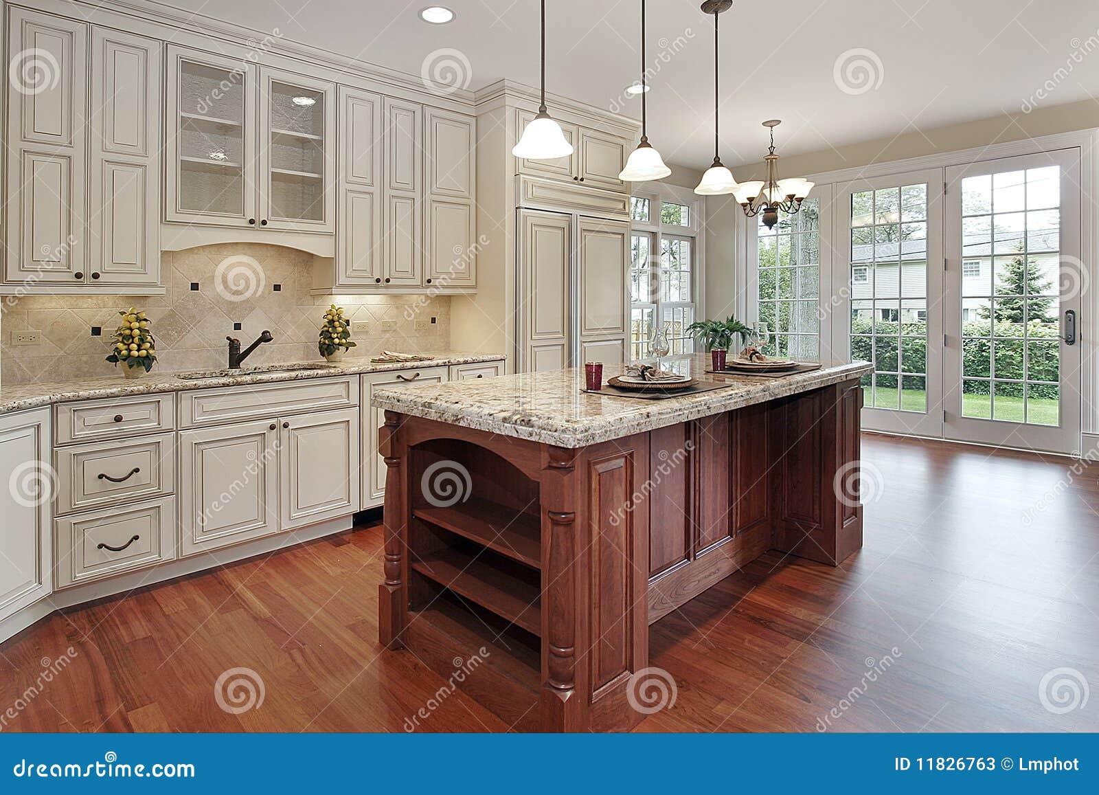 cocina con la isla de madera de la cereza fotos de archivo On isla de cocina de madera