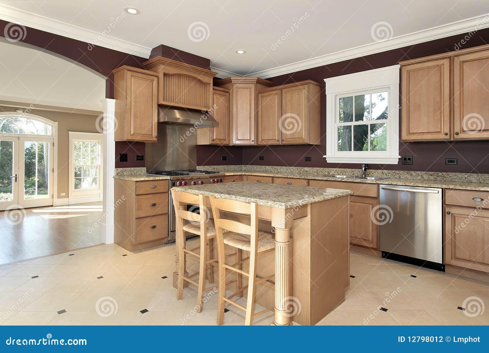 Cocina con la isla del granito y de madera fotograf a de for Islas de madera para cocina