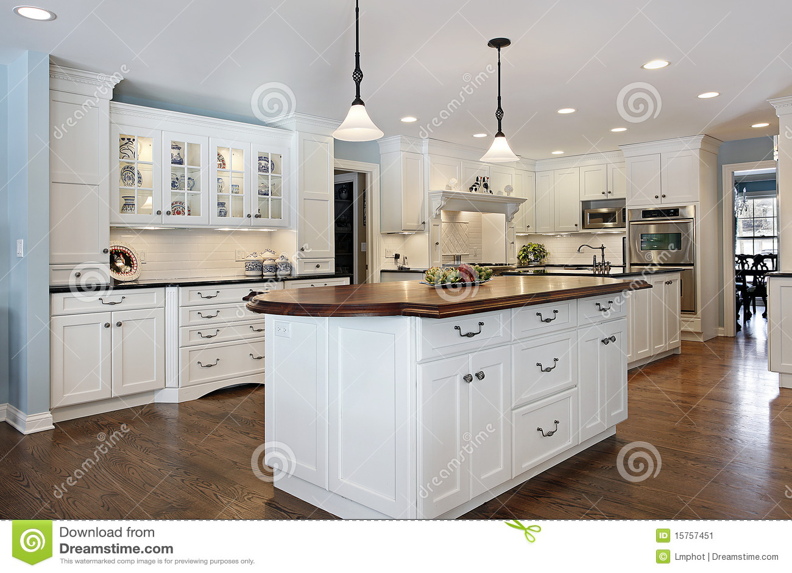 cocina con la isla superior de madera imagen de archivo