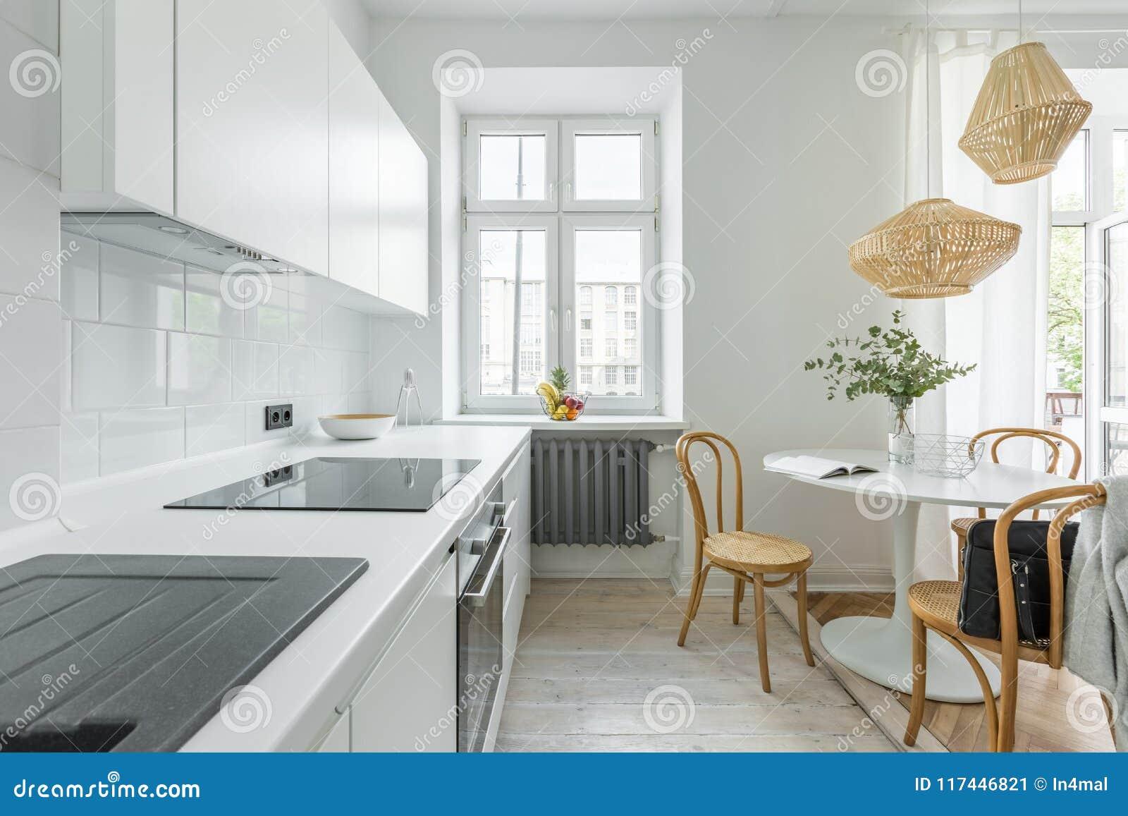 Cocina con la mesa redonda imagen de archivo. Imagen de desván ...