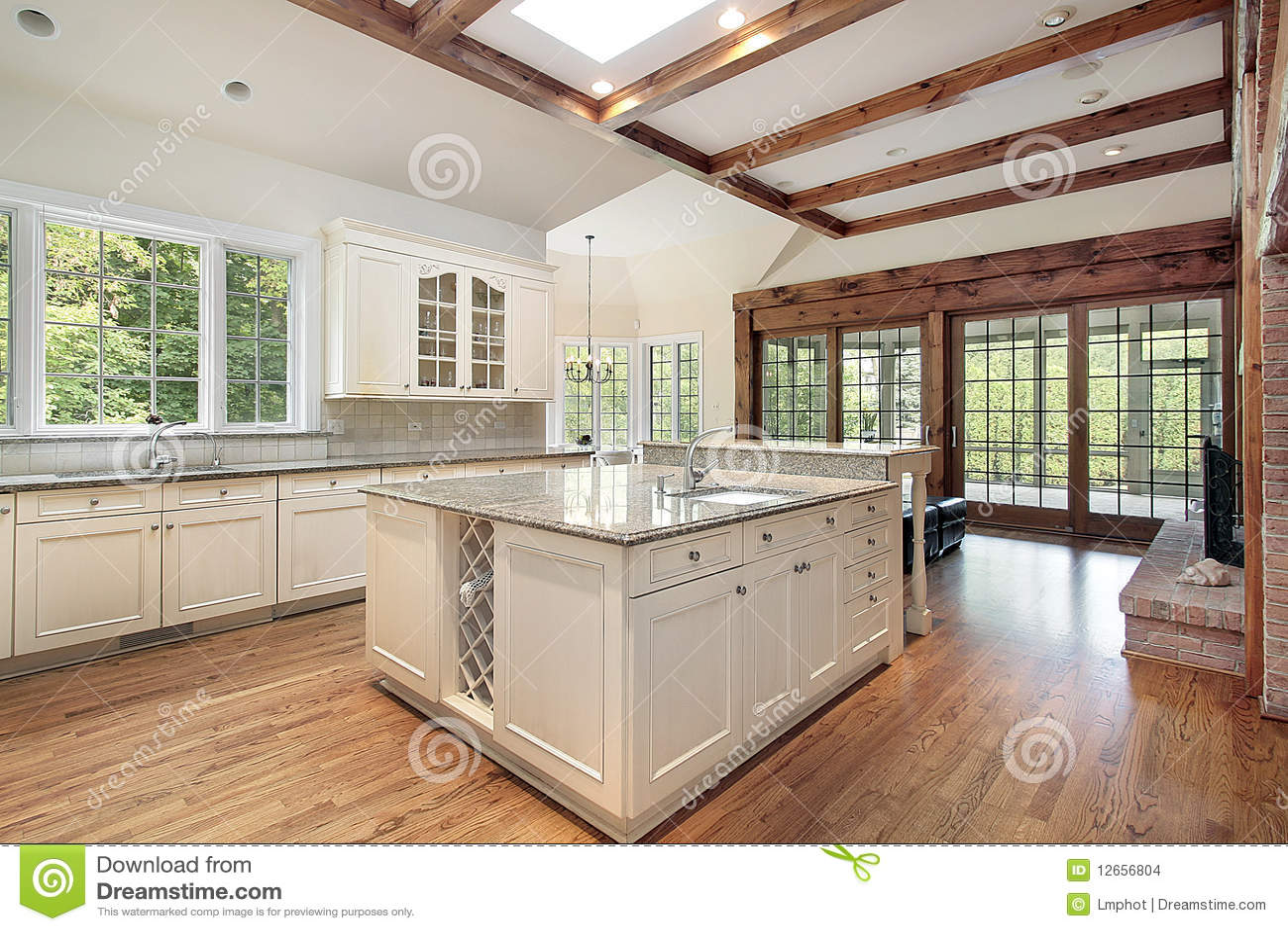 Cocina con las vigas de madera del techo imagenes de - Techos con vigas de madera ...