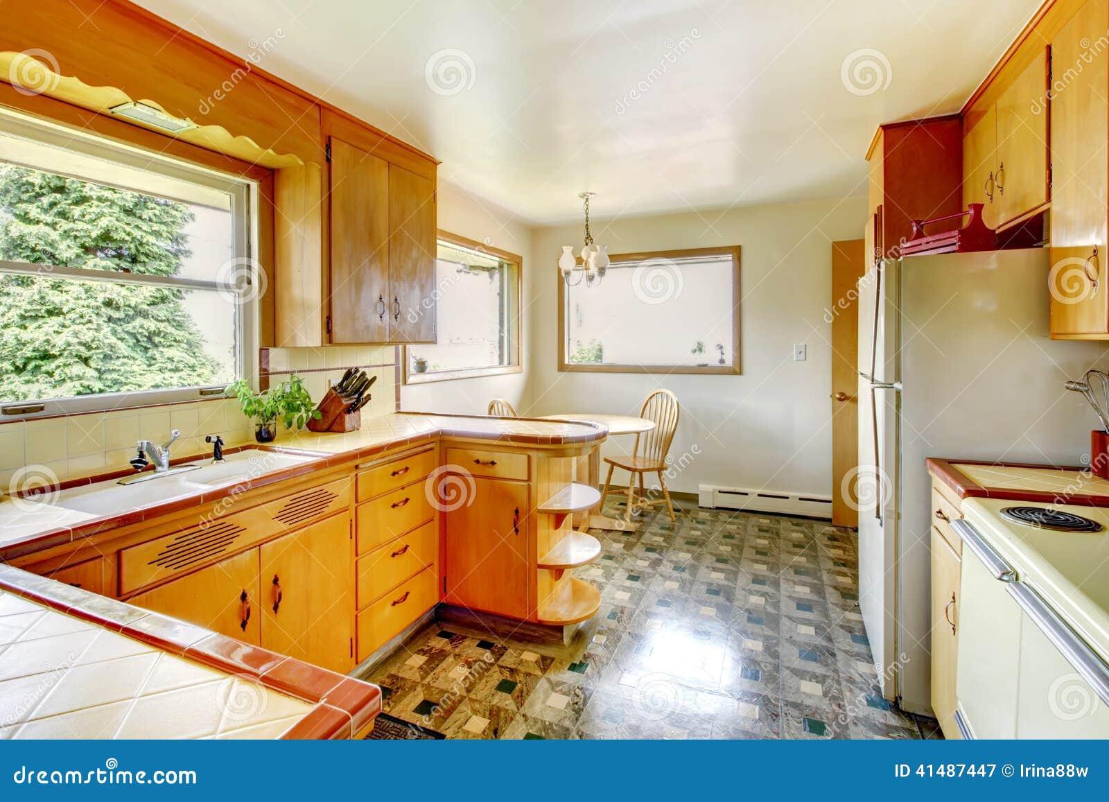 Cocina Con Los Gabinetes De Almacenamiento Rústicos Imagen de ...