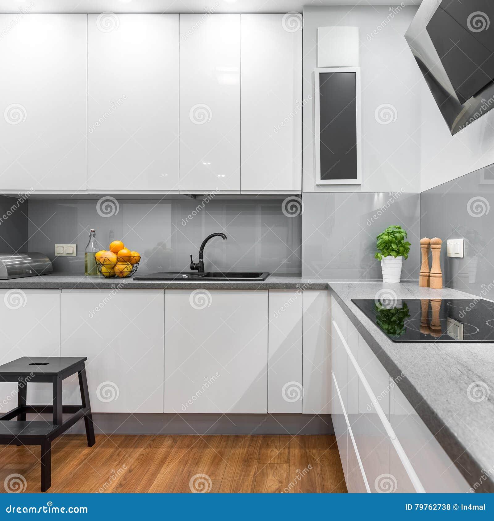 Cocina Con Los Muebles Blancos Foto de archivo - Imagen de hermoso ...