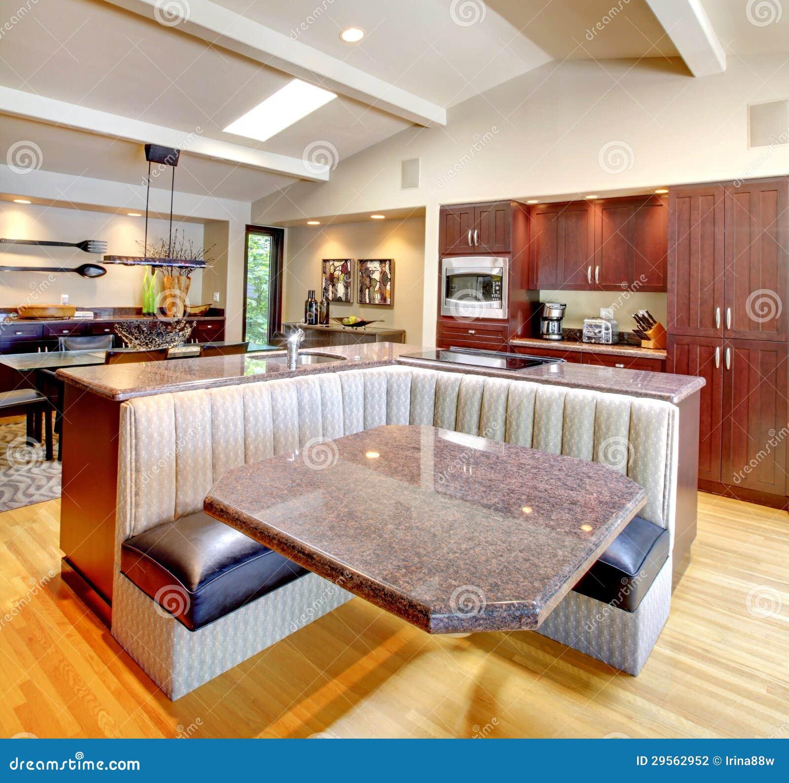 Cocina De Caoba De Lujo Con Muebles Modernos. Foto de archivo ...
