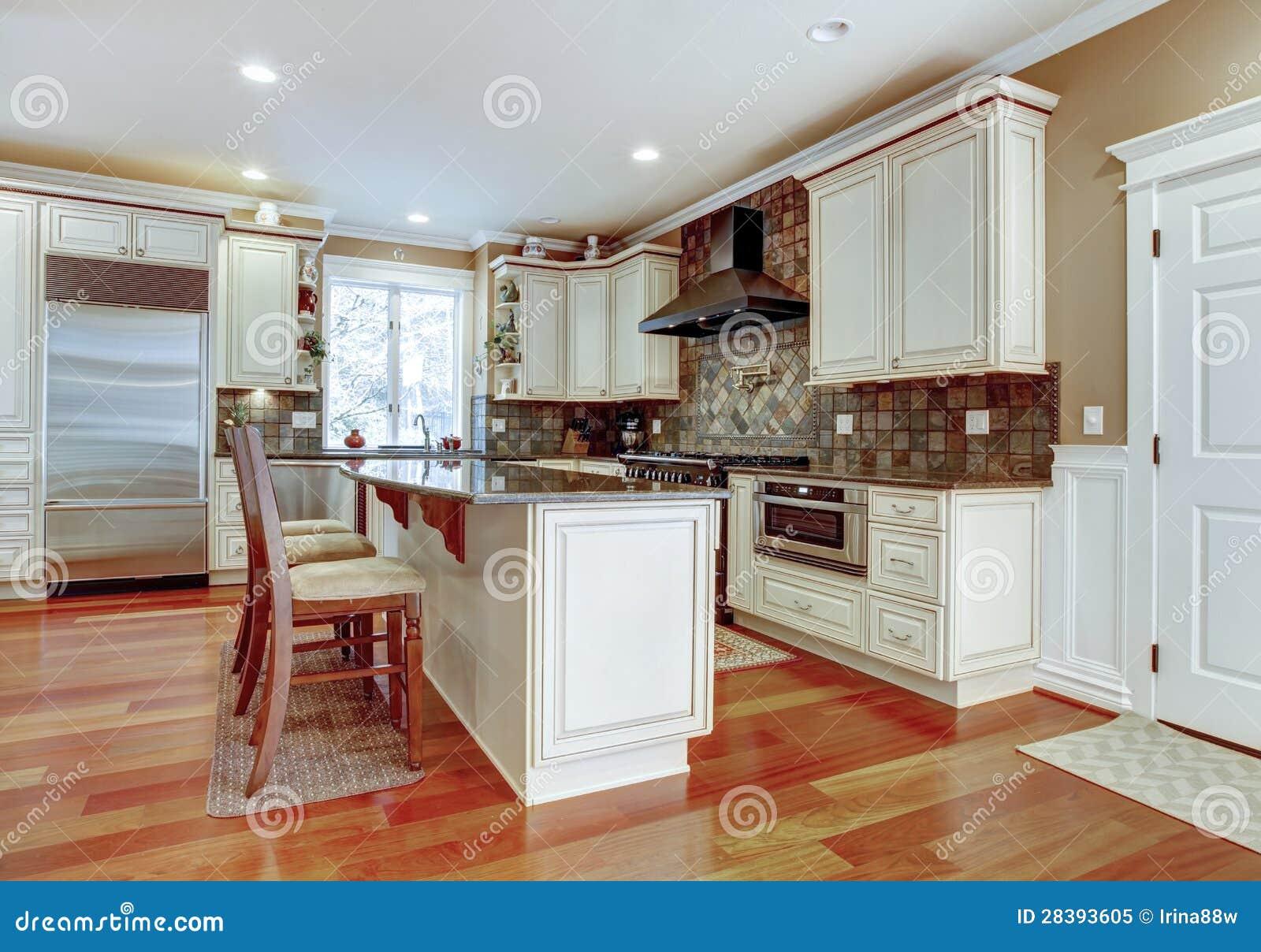 Cocina de lujo blanca grande con madera dura de la cereza for Cocinas de madera blanca