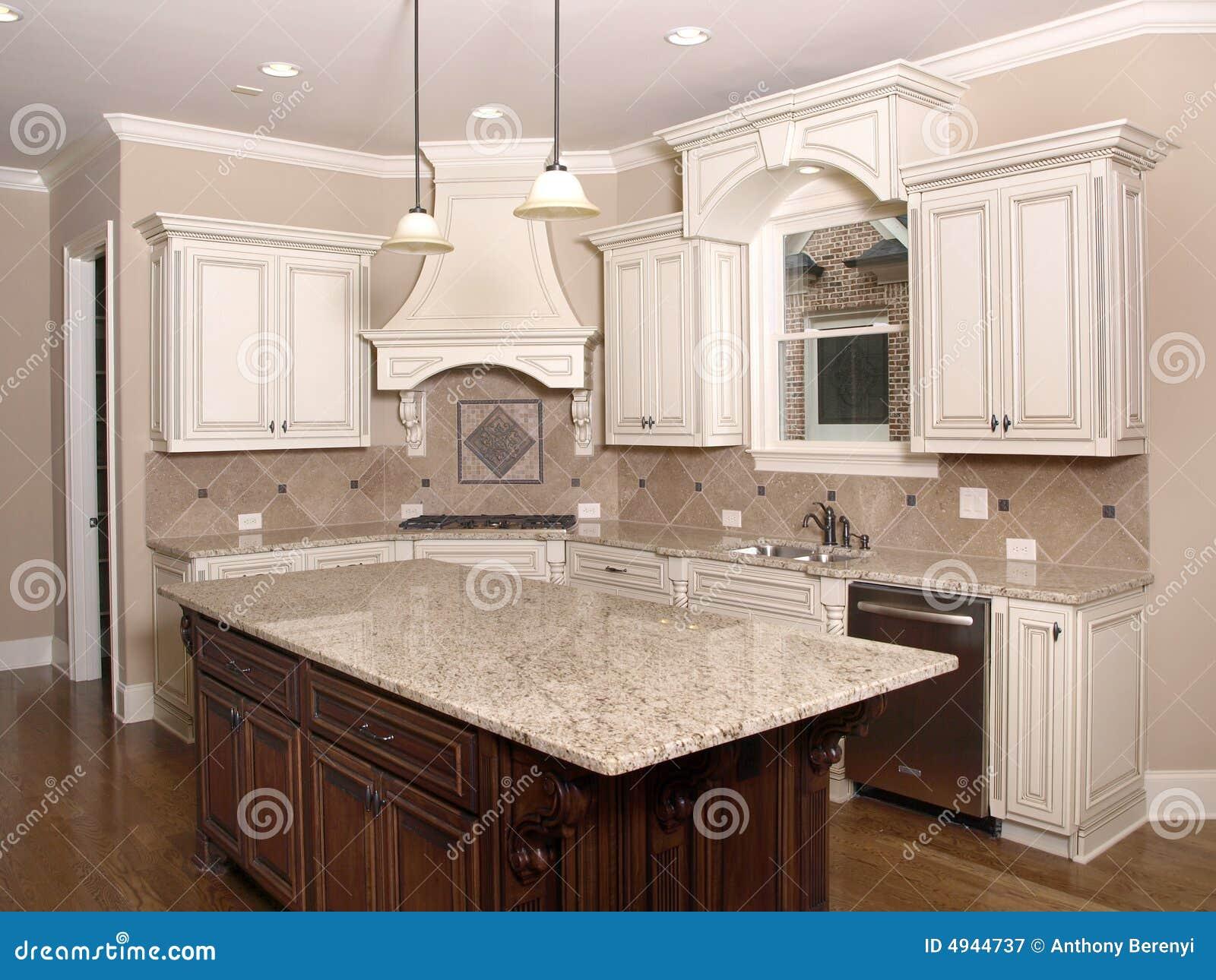 Cocina de lujo con la isla y la ventana del granito for Fabrica de marmoles y granitos