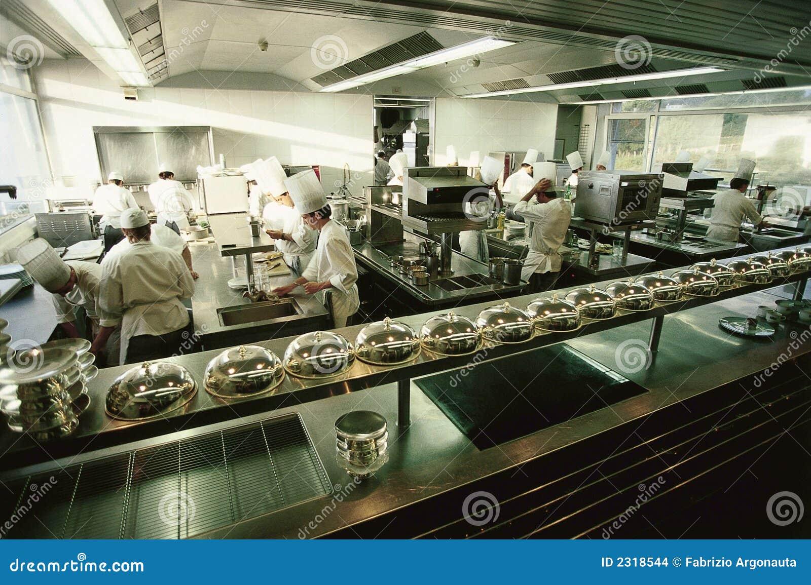 Cocina de lujo grande del restaurante imagenes de archivo for Kitchen cuisine