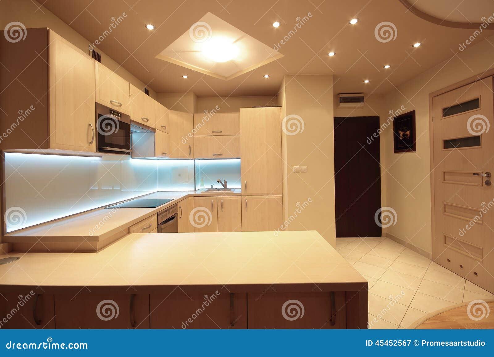 Cocina De Lujo Moderna Con La Iluminacion Blanca Del Led Imagen De - Iluminacion-en-cocinas-modernas
