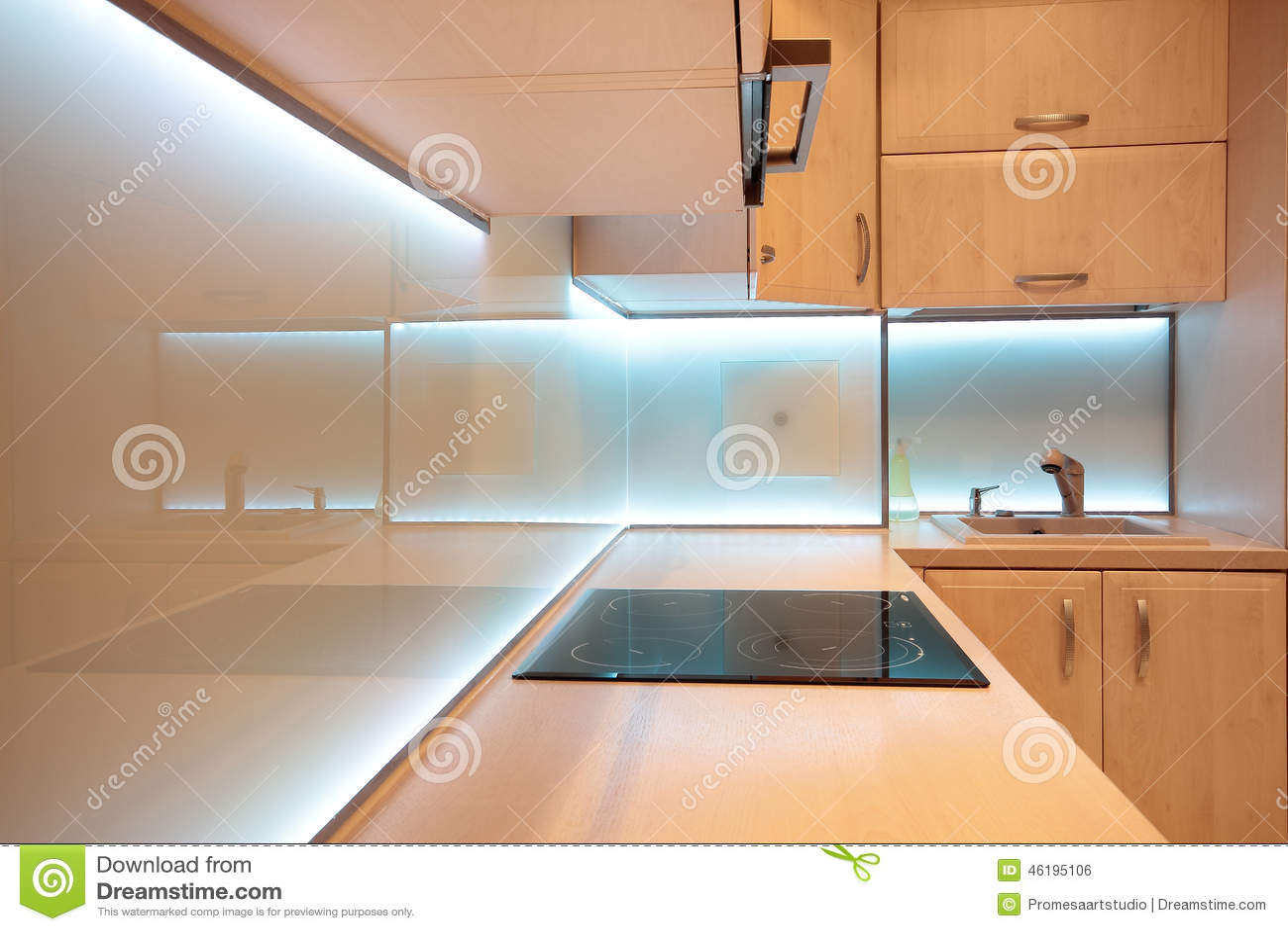 Cocina de lujo moderna con la iluminación blanca del LED