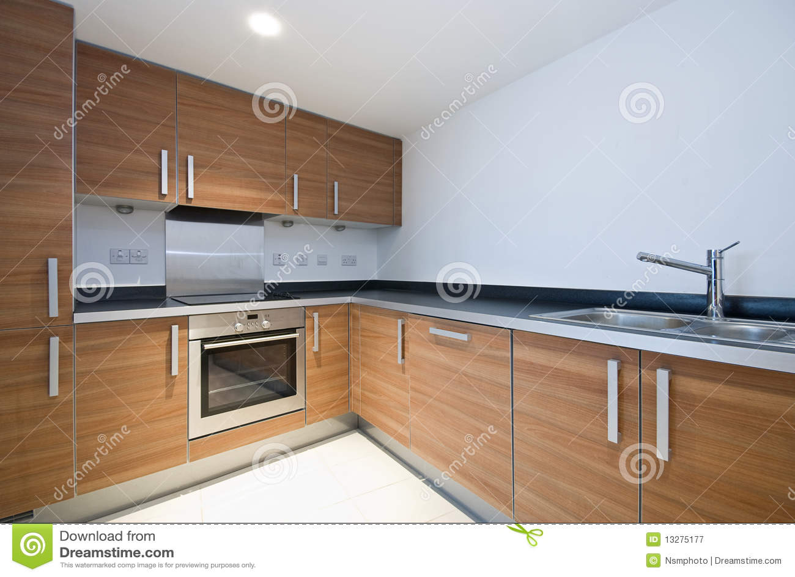 Cocina de madera moderna espaciosa con las aplicaciones - Cocinas de madera modernas ...