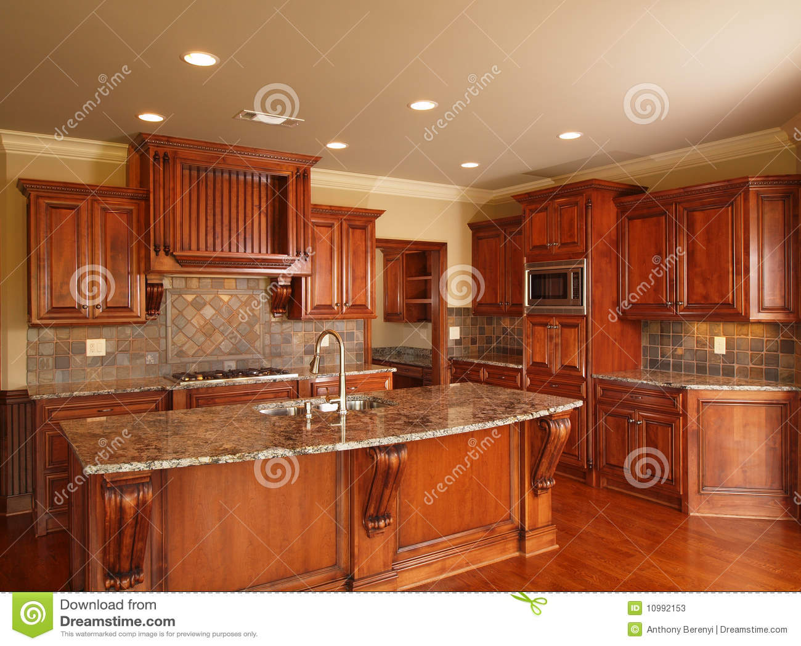 Cocina de madera oscura casera de lujo imagen de archivo - Muebles de cocina de lujo ...