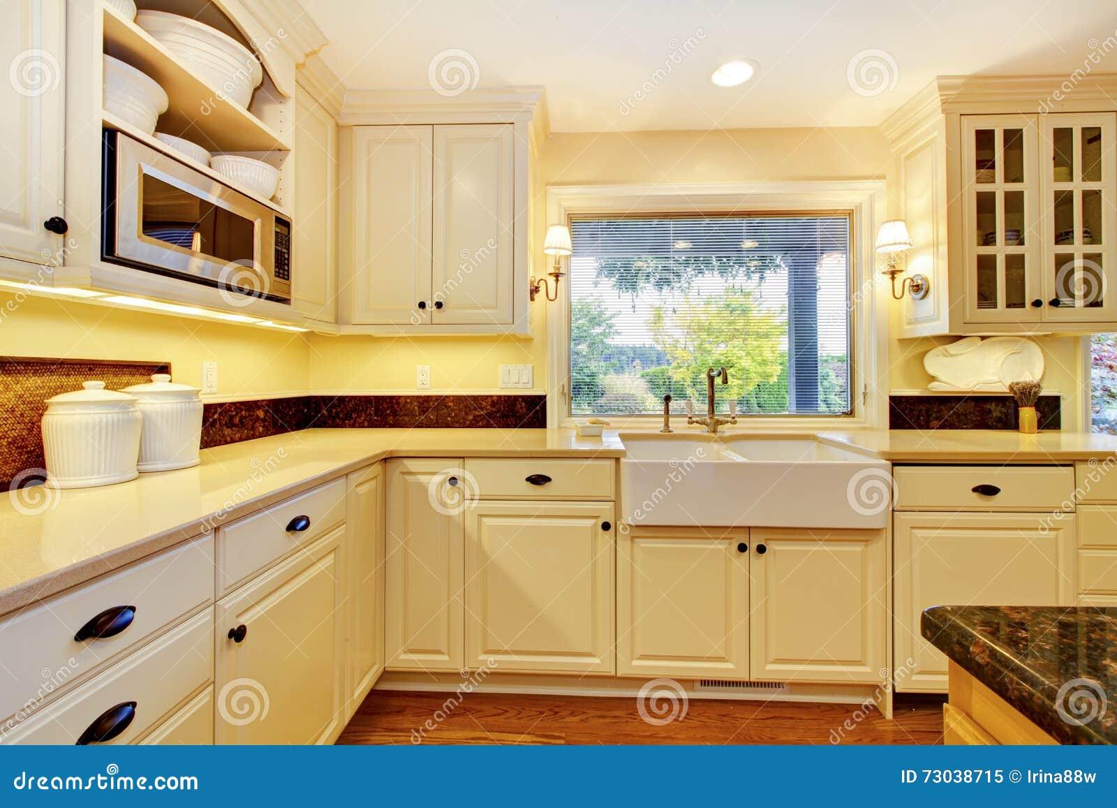 Cocina Del Color Crema Con El Fregadero Blanco Grande Y El Diseño ...