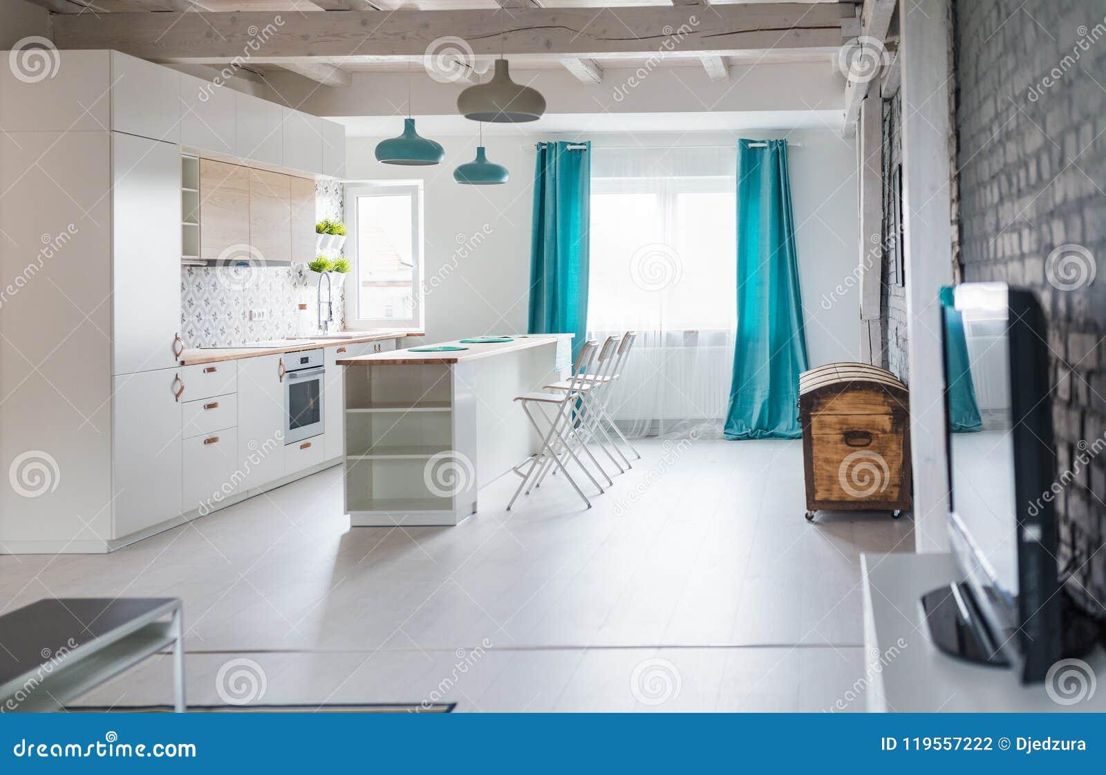 Cocina Del Desván Con Los Muebles Blancos Cocina De La Isla Foto de ...